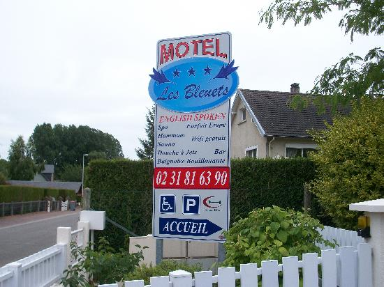 Motel Les Bleuets: Entrance Sign