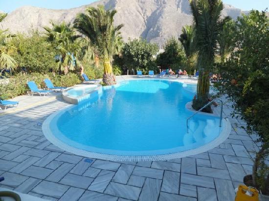 Zorzis Hotel: ゴミひとつないプールです!