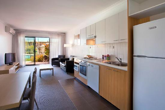 BEST WESTERN PLUS Ascot Serviced Apartments: Dining Room and Kitchen