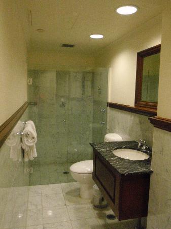 Royal Exhibition Hotel: Our bathroom