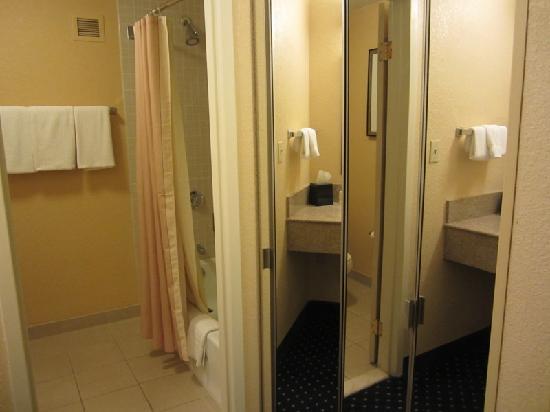 Courtyard Melbourne West: Bathroom -- nice full-length mirror