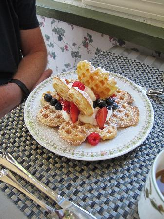 Richmond House B&B: Waffles!!!
