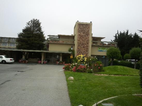 Carmel Mission Inn & Fuse Lounge Café: Exterior of the hotel.  Sorry no interior shots.