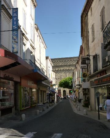 HOTEL LOU CIGALOUN : Le Théâtre Antique au bout de la rue Caristie