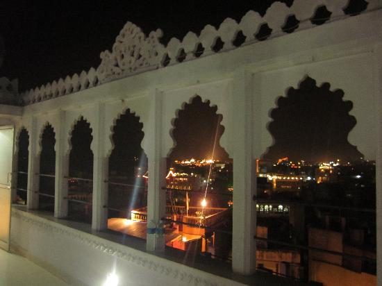 Bhanwar Vilas Guest House: A view of the illuminated city from roof top
