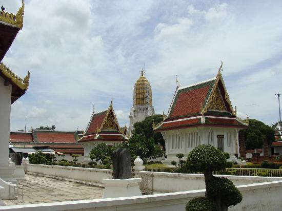 Phitsanulok, Thaïlande : The temple grounds, the tower of Wat Yai in the center distance