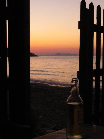 Creta Seafront Suites: vue de la maison sur la plage