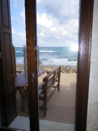 Creta Seafront Suites: terrasse devant maison sur la plage