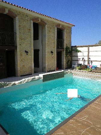 Creta Seafront Suites: piscinne derrière maisons