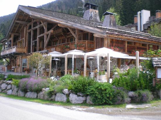 Hotel les Servages d'Armelle: Sunny south terrasse of the restaurant