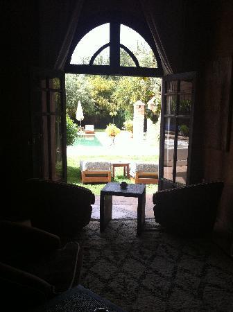 Villa Al Assala Palmeraie: Vers la piscine
