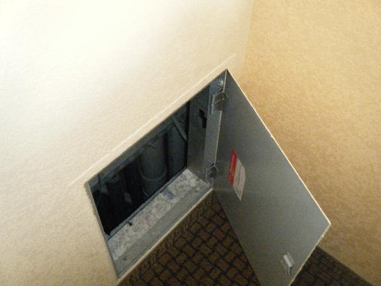 Wyndham Garden Harrisburg/Hershey: The 'deadly' service hatch IN THE ROOM AS WE FOUND IT!!