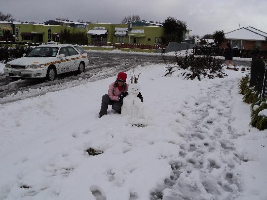 Apollo Motel Christchurch: my snowman on the footpath