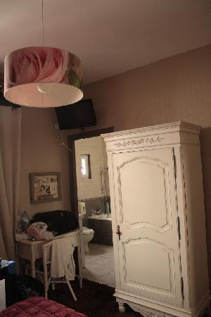 Equinoxe Hotel: Aperçu de la sdb, vue du lit