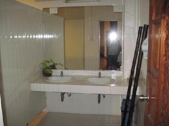 HI-Sukhumvit: toilet