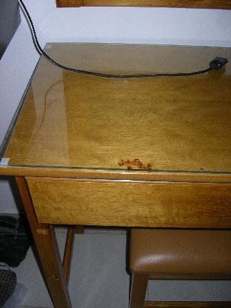 Corona Studios: Vue du bureau (sang séché présente netre le bois et le verre alors que le verre se soulève très
