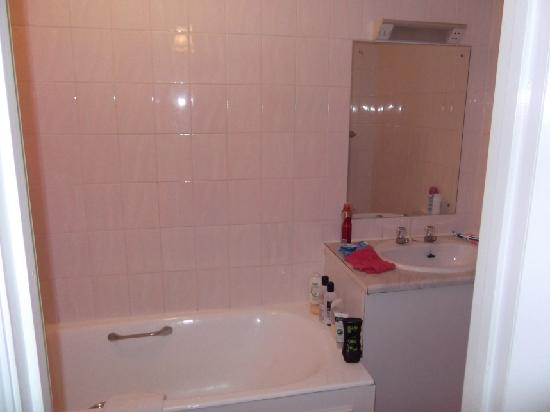 Allerdale Hotel: Another view of our en-suite in Room 19