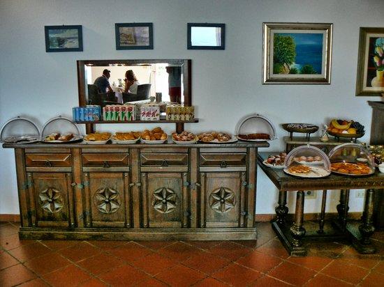 Bergeggi, Italy: Il ricchissimo buffet per la colazione, compresa una fantastica focaccia e abbondante frutta