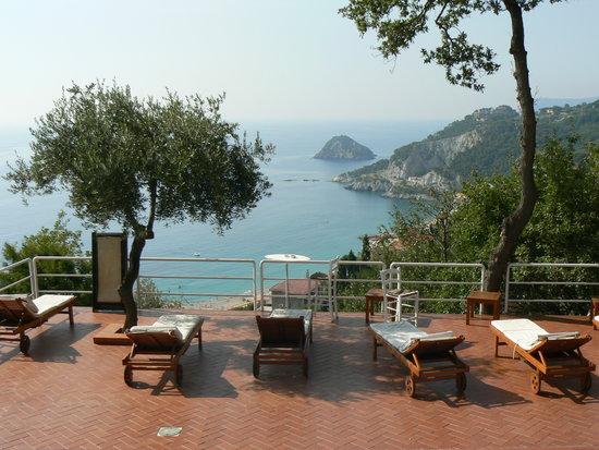 Hotel Claudio: Solarium con vista davanti alla piscina