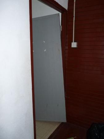 Senja Bay Resort: Porta dei bagni rotta, quella della camera era quasi uguale!