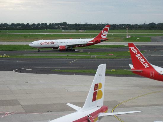 Flughafen Düsseldorf Besucherterrasse: Taxiing