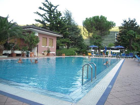 Hotel Villa Giuliana: piscina e parte del giardino