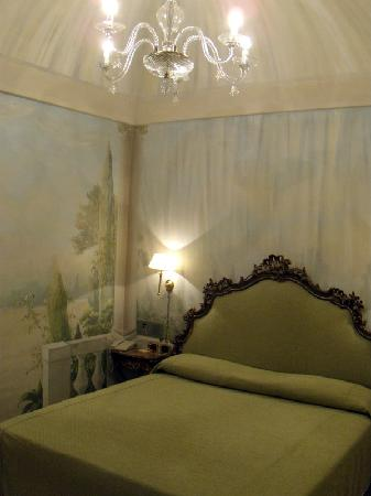 Hotel Sant Anna Roma : Room 46 with frescoes and antique chandelier