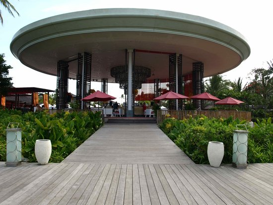 Club Med Bali : メインバーは海に向かって開かれるように建っている