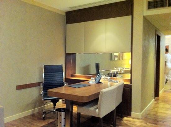 InterContinental Al Khobar: desk for businessman