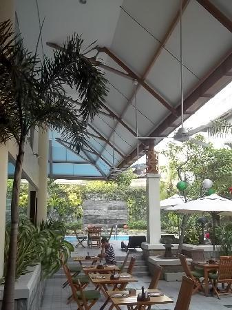 Ibis Jakarta Tamarin : L'area piscina