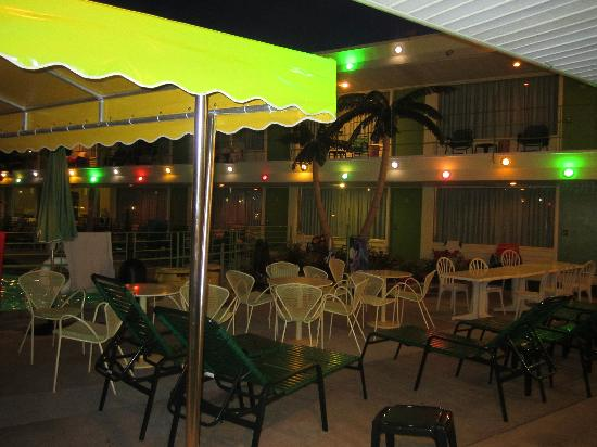 Caribbean Motel: Even in the evening the atmosphere is fun with all the lights.