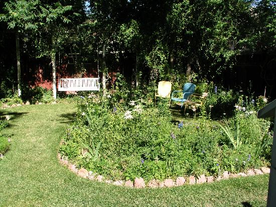 The Garden Cottage Bed and Breakfast: Back-yard garden