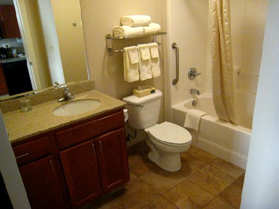 Candlewood Suites Oak Harbor: Bathroom