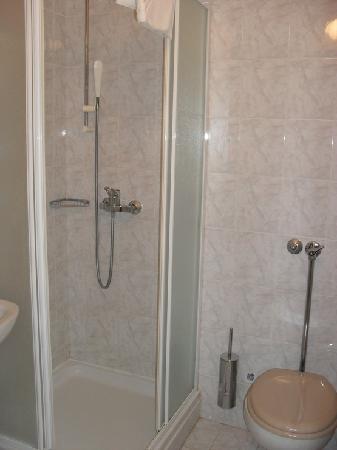 Velaris Tourist Resort : bsthroom