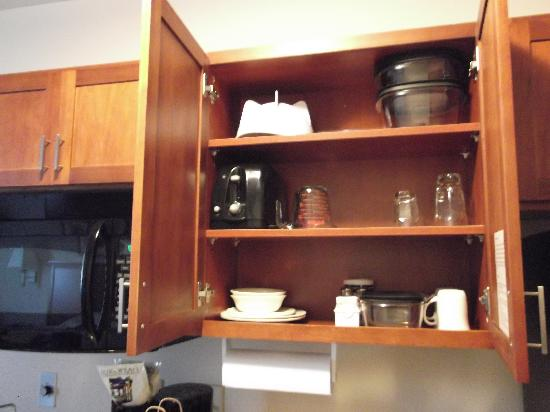 Candlewood Suites Flowood : fully stocked cabinets