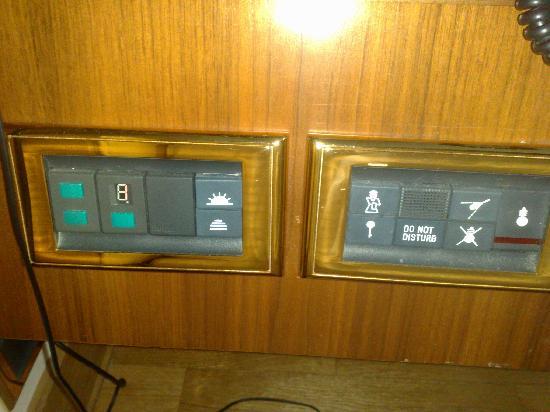 Solofra Palace Hotel & Resorts: La pulsantiera sul comodino...unica cosa degna di nota!