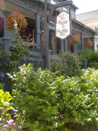 Rose & Kettle Restaurant : a lovely garden at front entrance