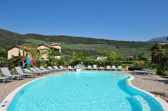 4Limoni Apartment Resort: la piscina con vista sulle colline