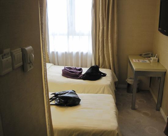 คอสโม โฮเต็ล ฮ่องกง: 2 beds @ 1 side, the other 1 behind the TV wall