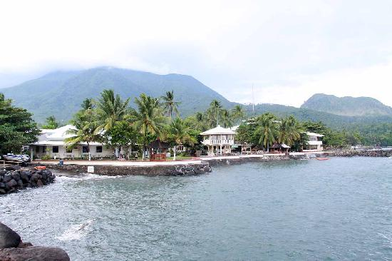 Paras Beach Resort: Breakwater at the back of resort