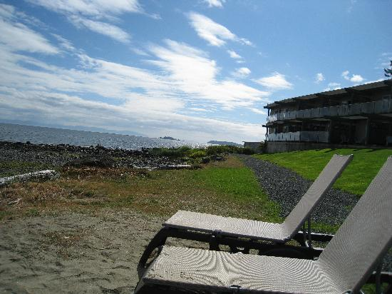Kingfisher Oceanside Resort and Spa: Ocean, end of the resort