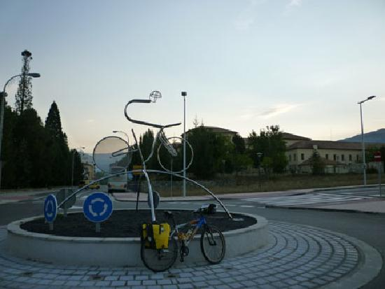 Albergue Pirenarium: Mi bici y el albergue/cuartel al fondo
