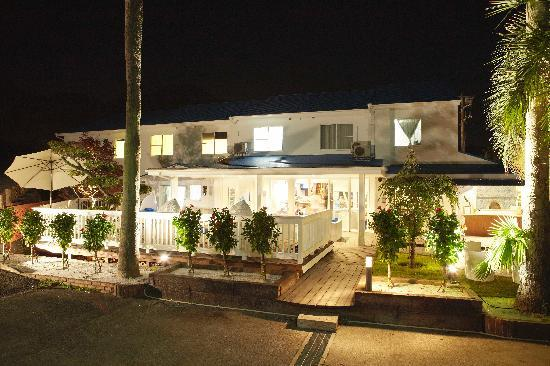 White Beach Hotel: Night view of the hotel