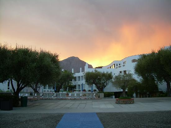 Hotel Torre Oliva: La struttura dalla spiagga al tramonto