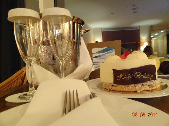 Jumeirah Beach Hotel: Birthday cake and champagne yippee