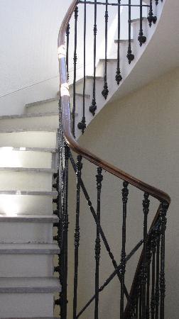 هوتل دي فرانس: Escalier eclaire par les fenetres du dome