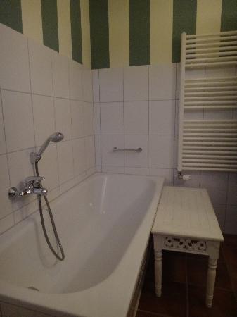 Dorothea Garni: bath tub and towel warmer