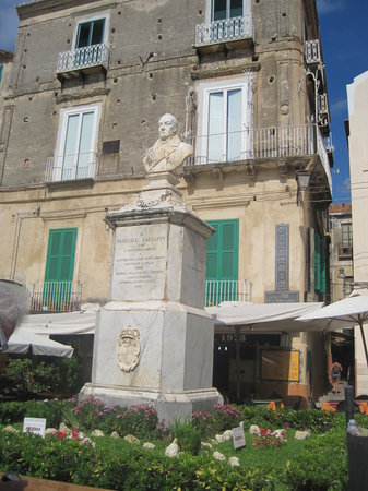 Tropea, Italia: monument in the piazza