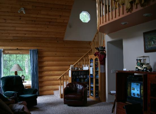 Meandering Moose Lodging: Common area in main cabin