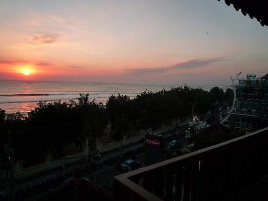 โรงแรมเมอร์เคียว คูตา: Sunset from the pool deck